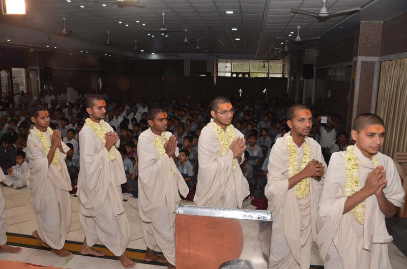 Sant & Parshadi Dixa Vidhi - Swaminarayan Dham