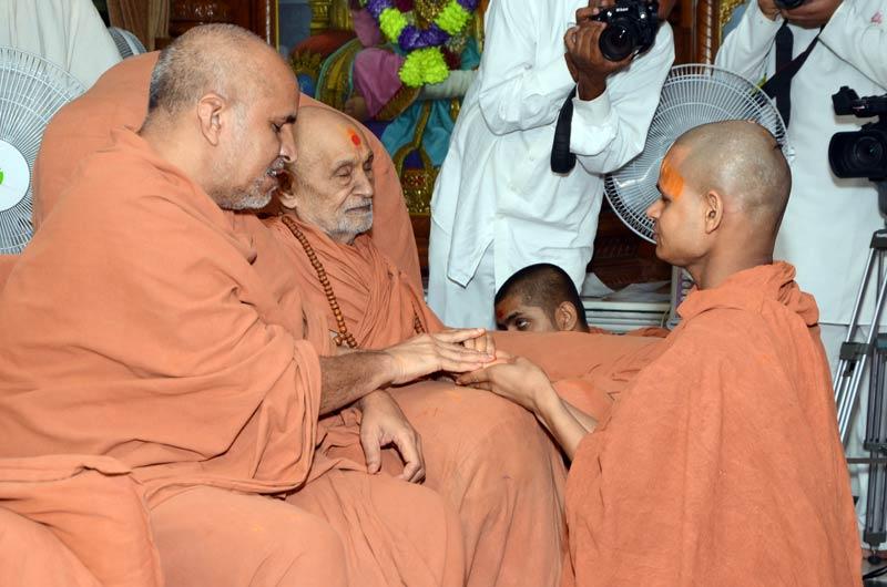Sant Diksha Vidhi - Swaminarayan Dham