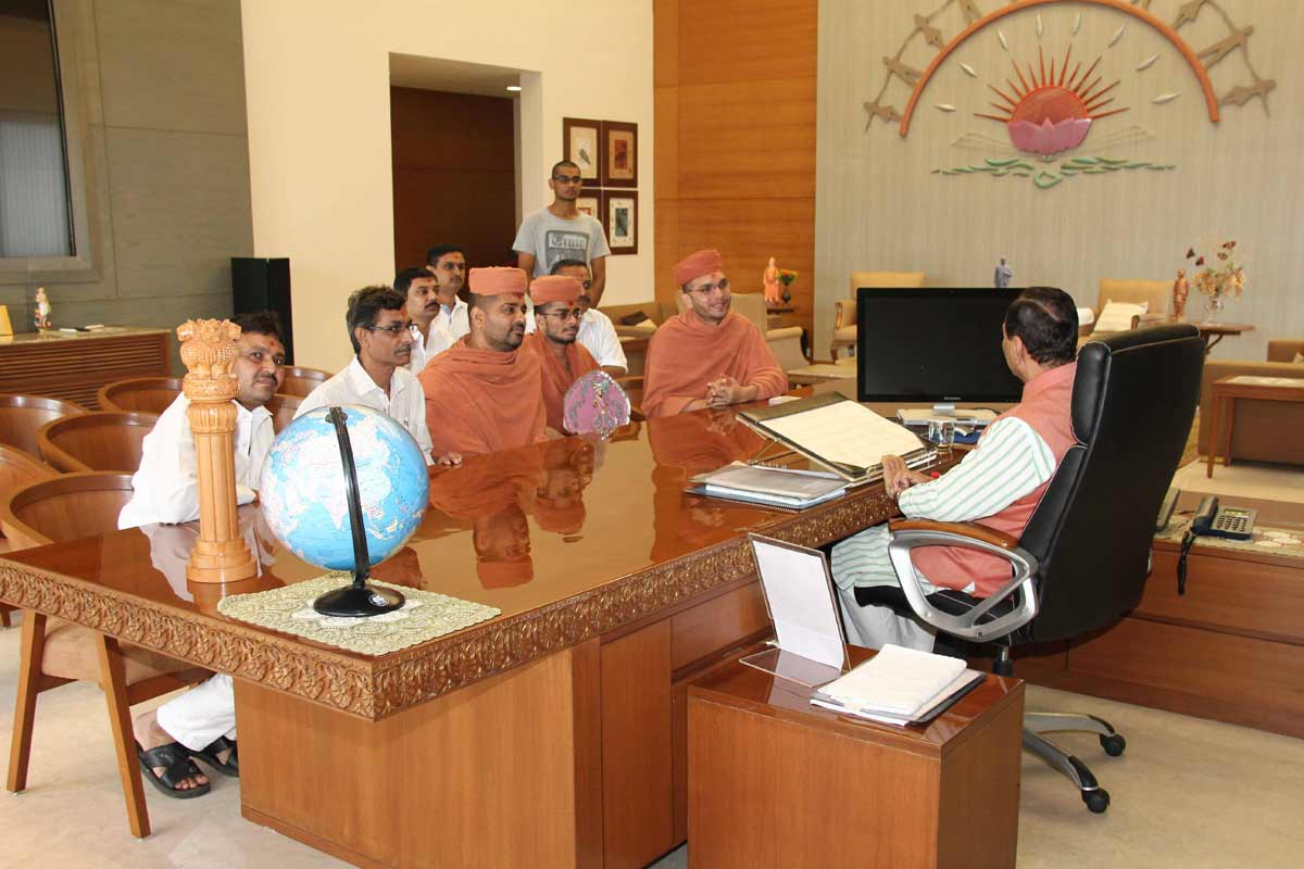 Pujya santo convey the blessings of HDH Bapji to Gujarat\'s chief minister Shri Vijaybhai Rupani