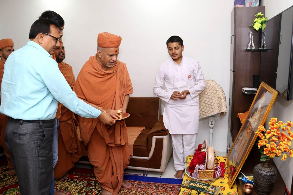 HH Swamishree Padharamni At Rajkot