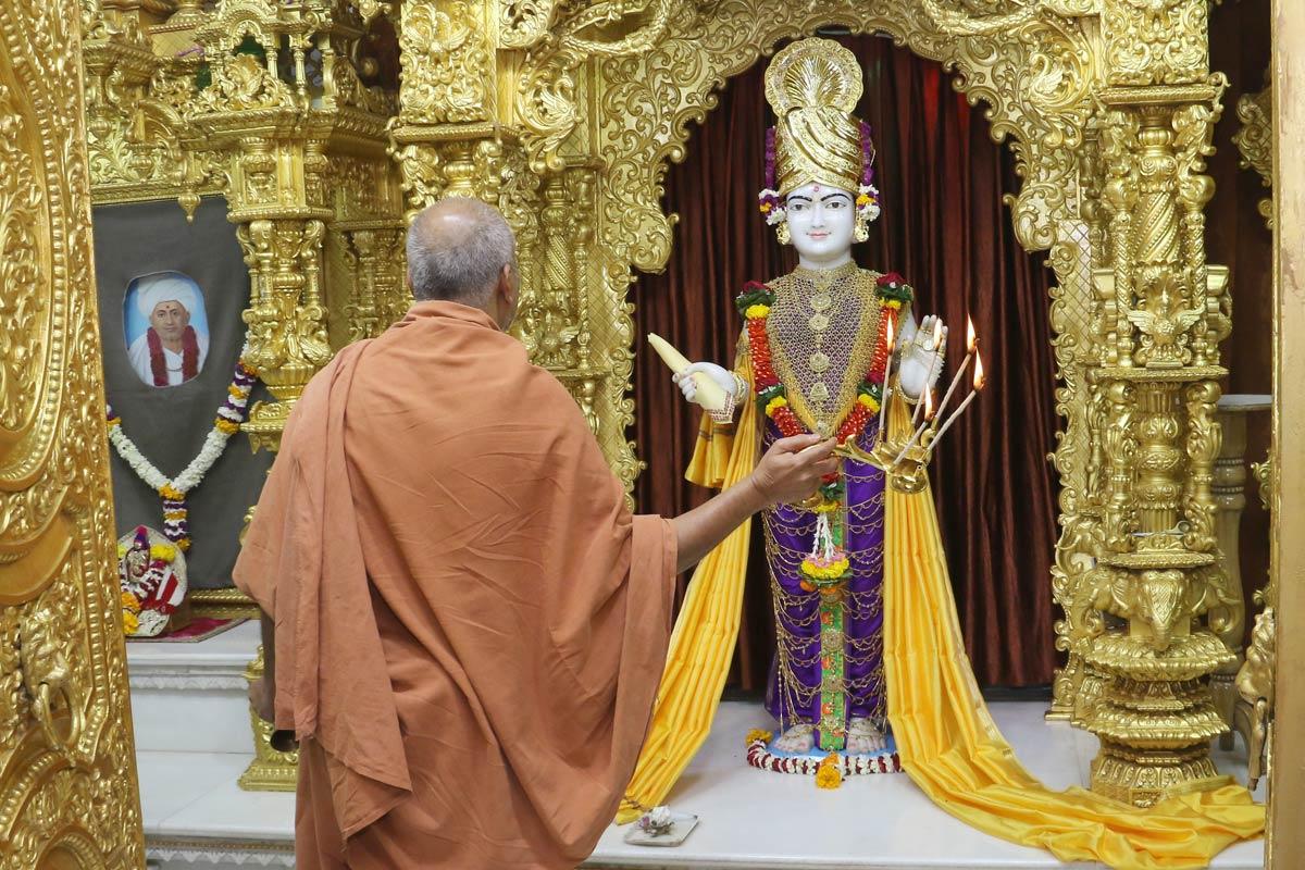 HH Swamishree Dhanurmas Aarti At Vasna