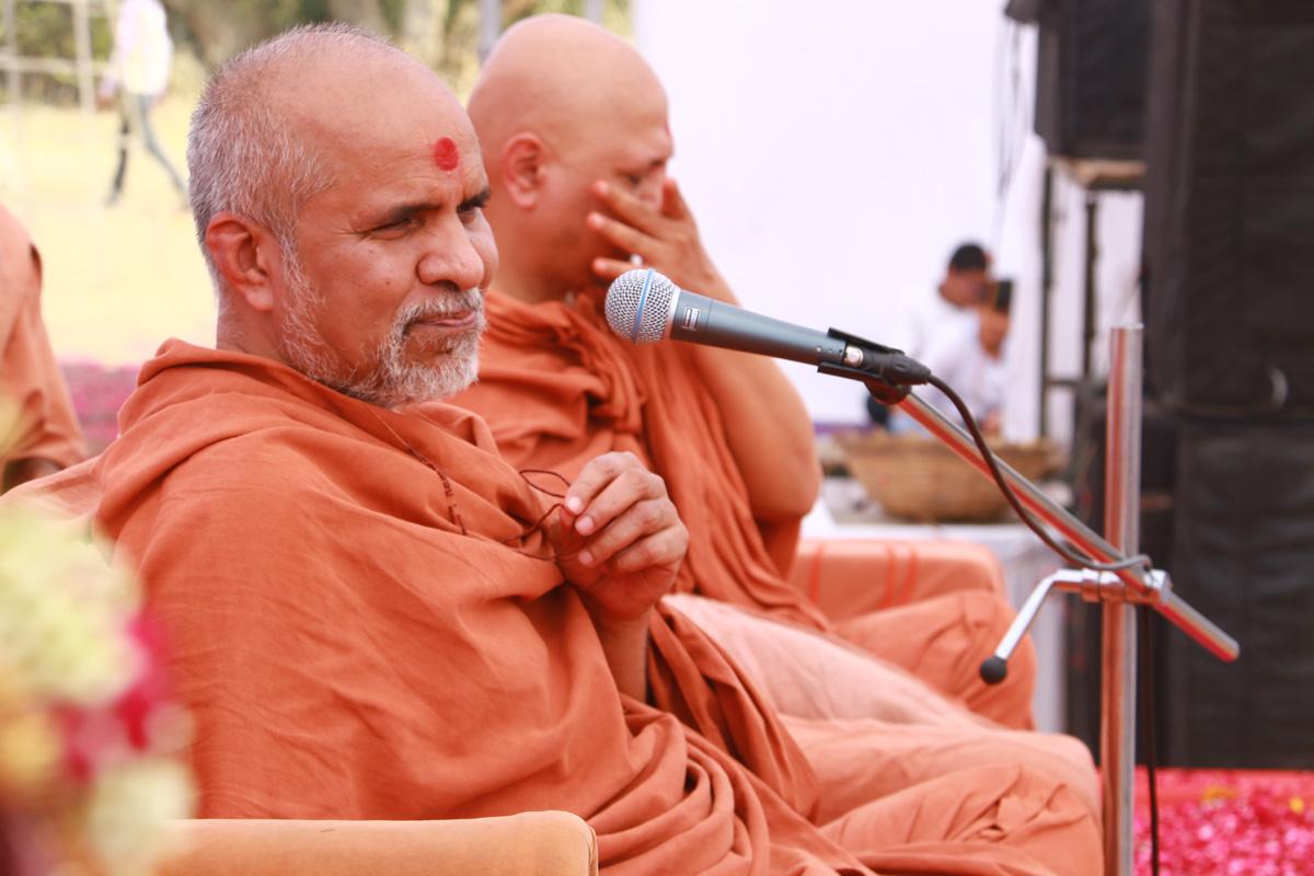 HDH Bapji & HH Swamishree Jaher Sabha At Sapavada-Mahesana.