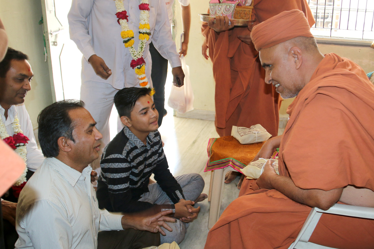 HH Swamishree Padharamani At Varachha Surat.