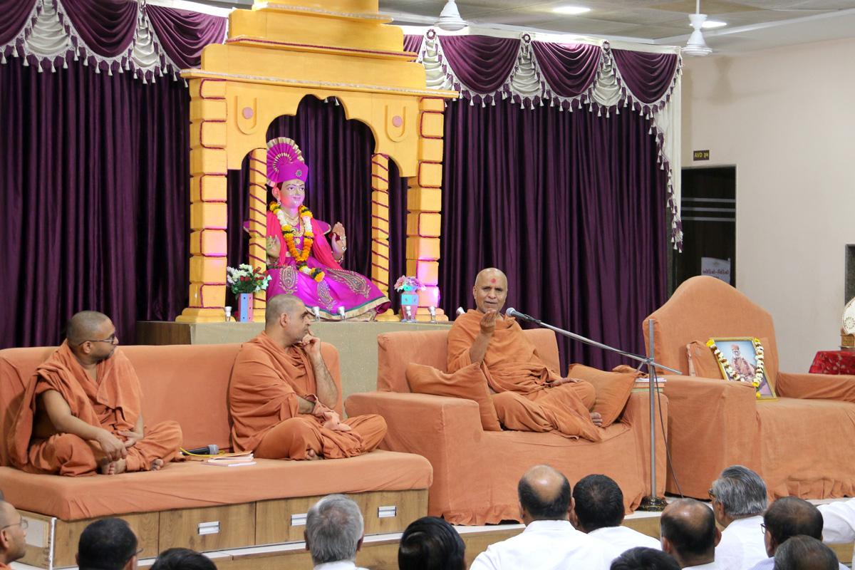 HH Swamishree Samaiyo At Varachha Surat.
