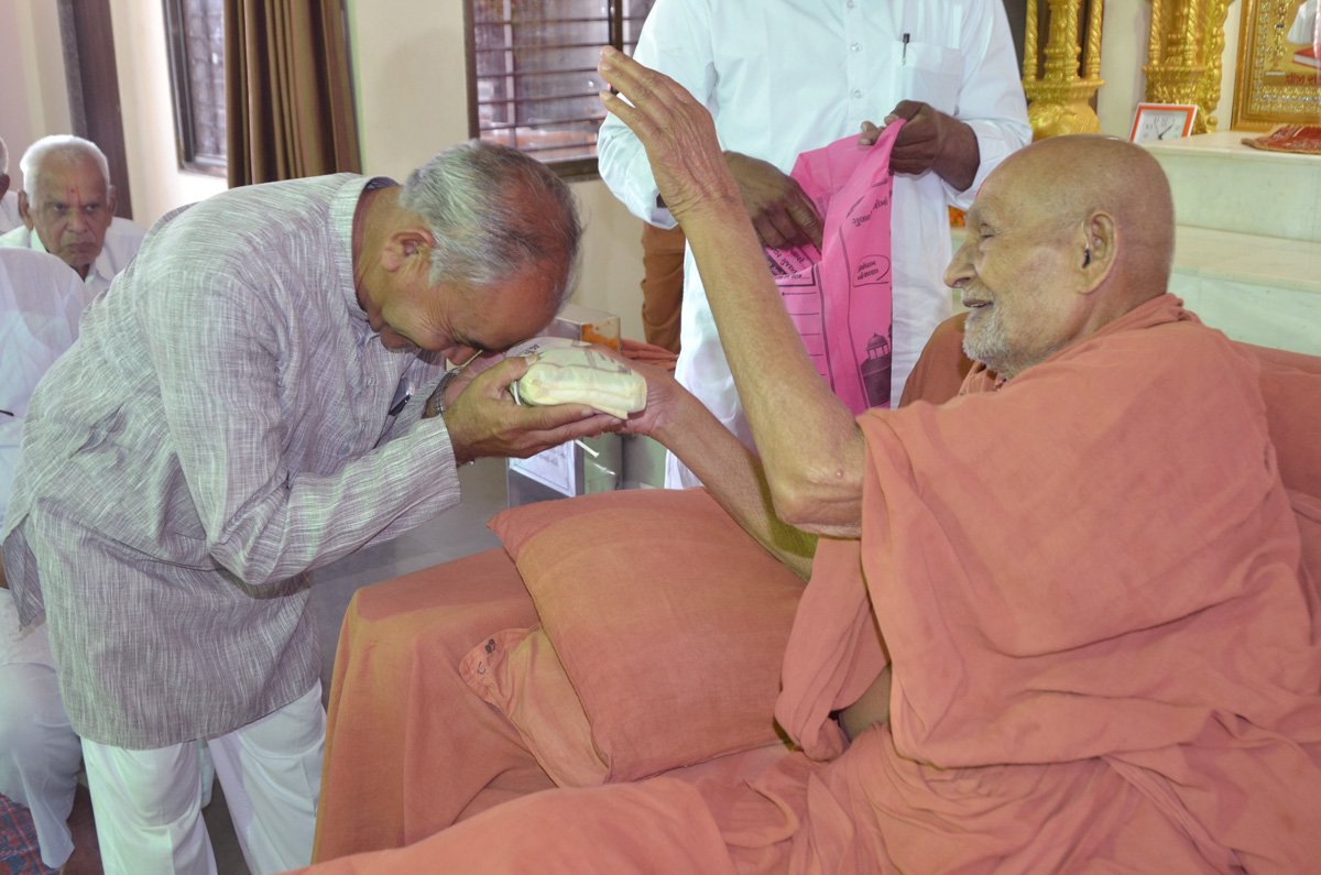 Param Pujya Bapji consecrates daily puja of a devotee.