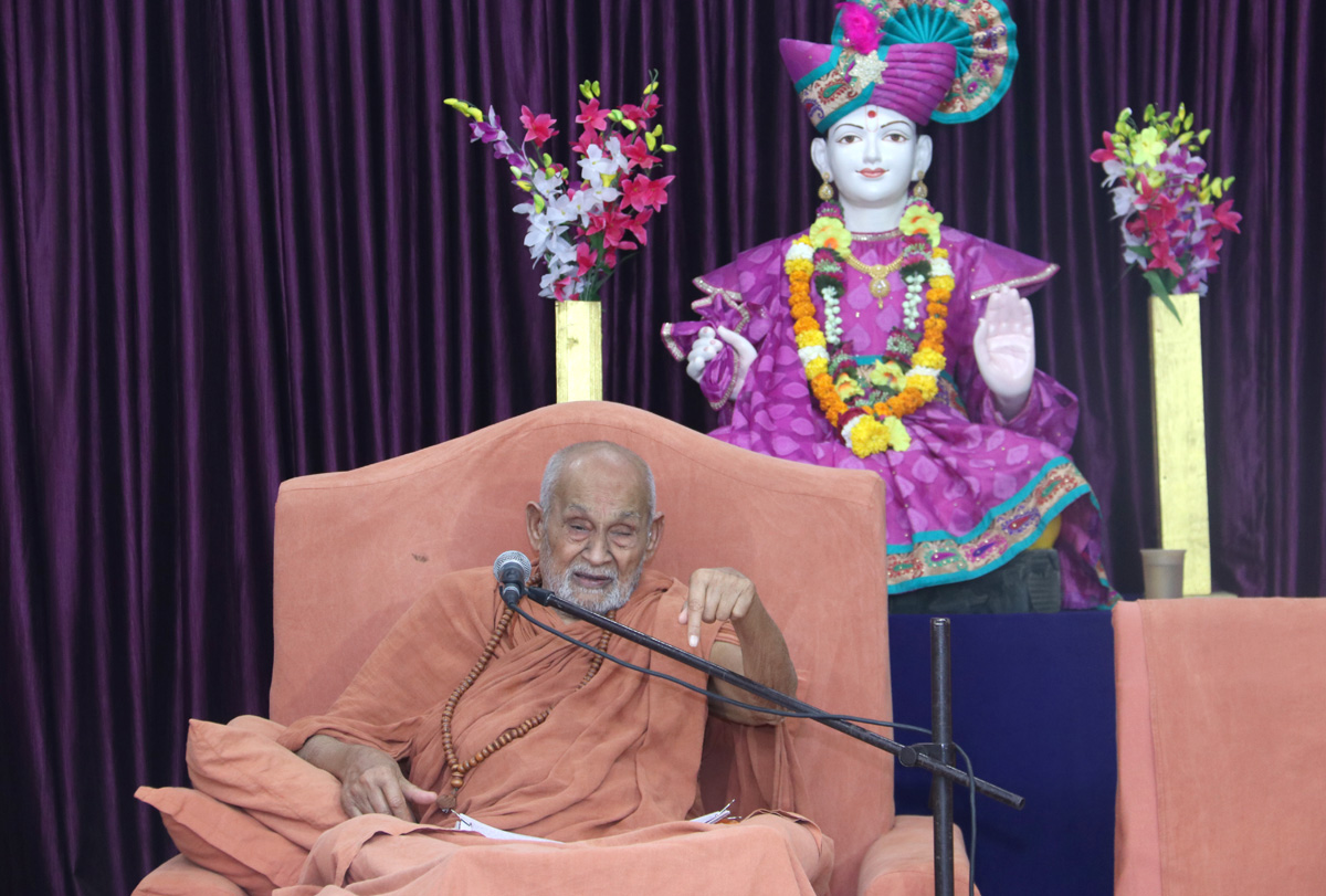 Explaining the ultimate philosophy of lord Swaminarayan with full of enthusiasm.