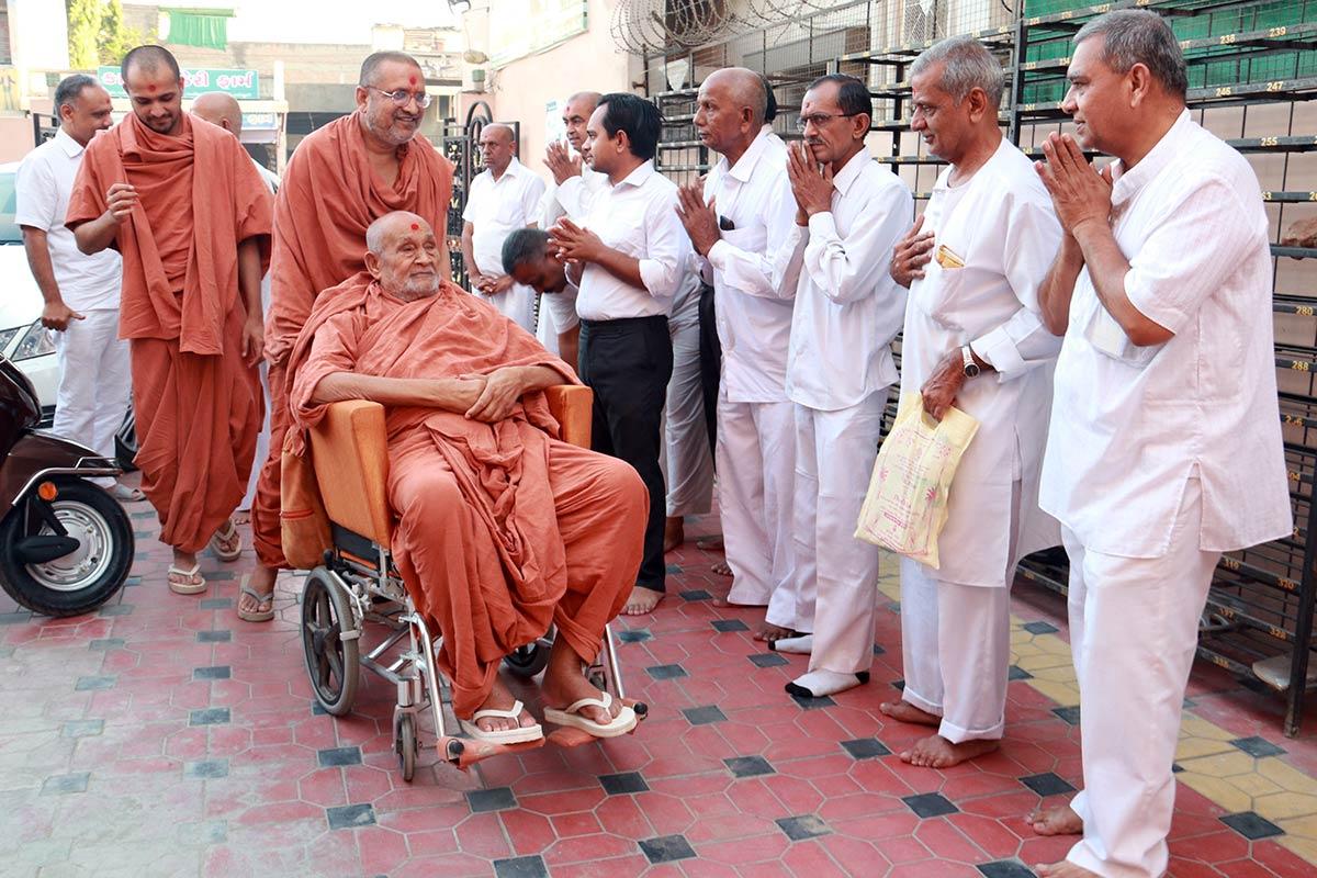 HDH Bapji Vicharan - Ghanshyamanagr