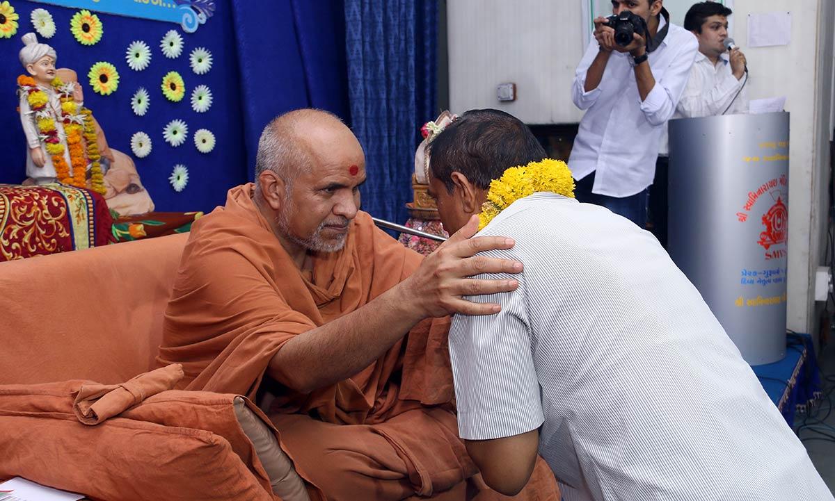 HH Swamishree Vicharan - Baroda