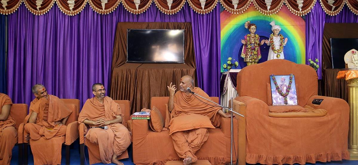 HH Swamishree Vicharan - Vasna