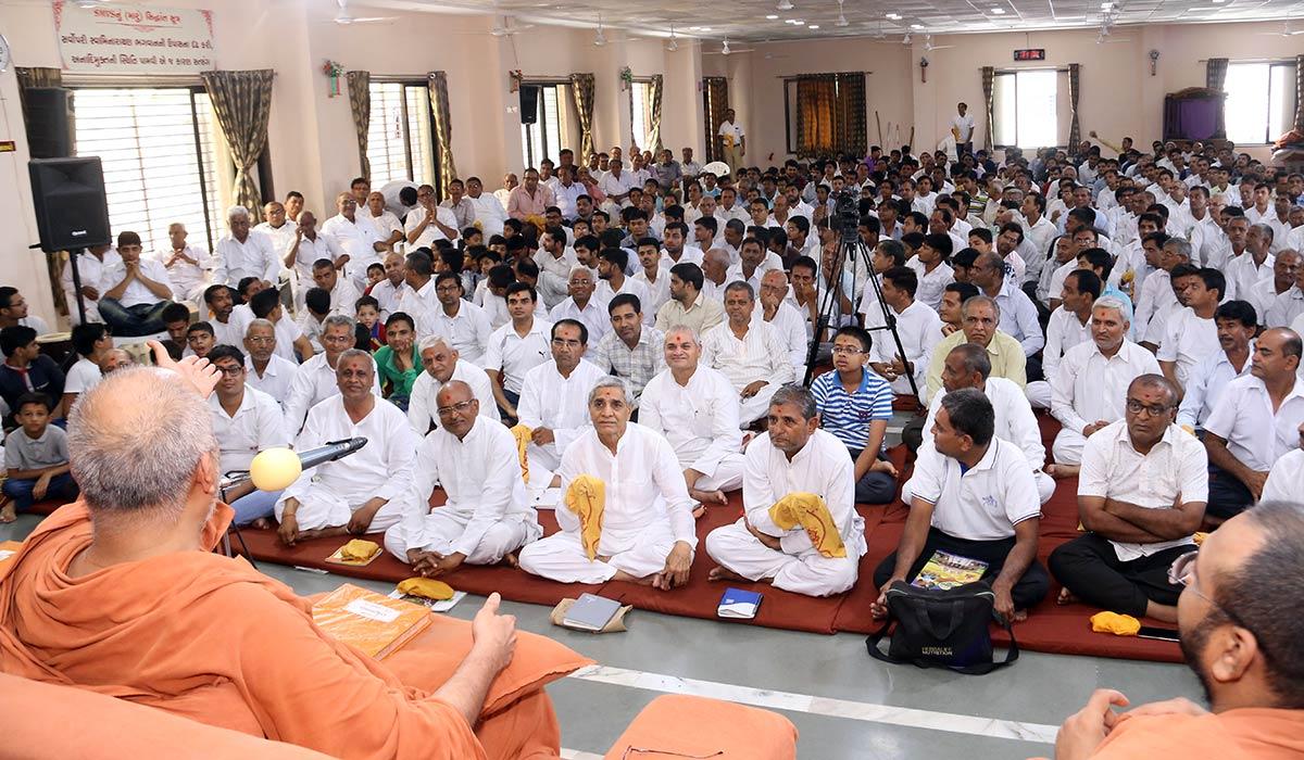 HH Swamishree Vicharan - Surat