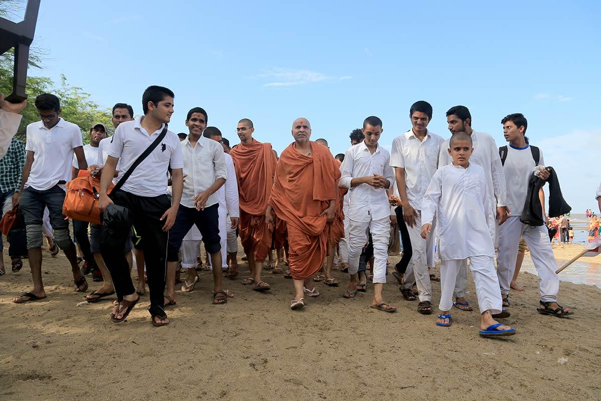 HH Swamishree Vicharan - Bhavnagar