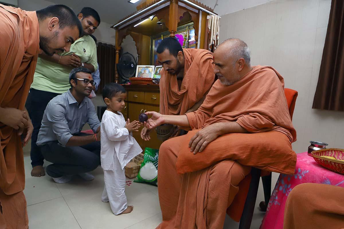 HDH Swamishri Nikat Darshan - Vasna