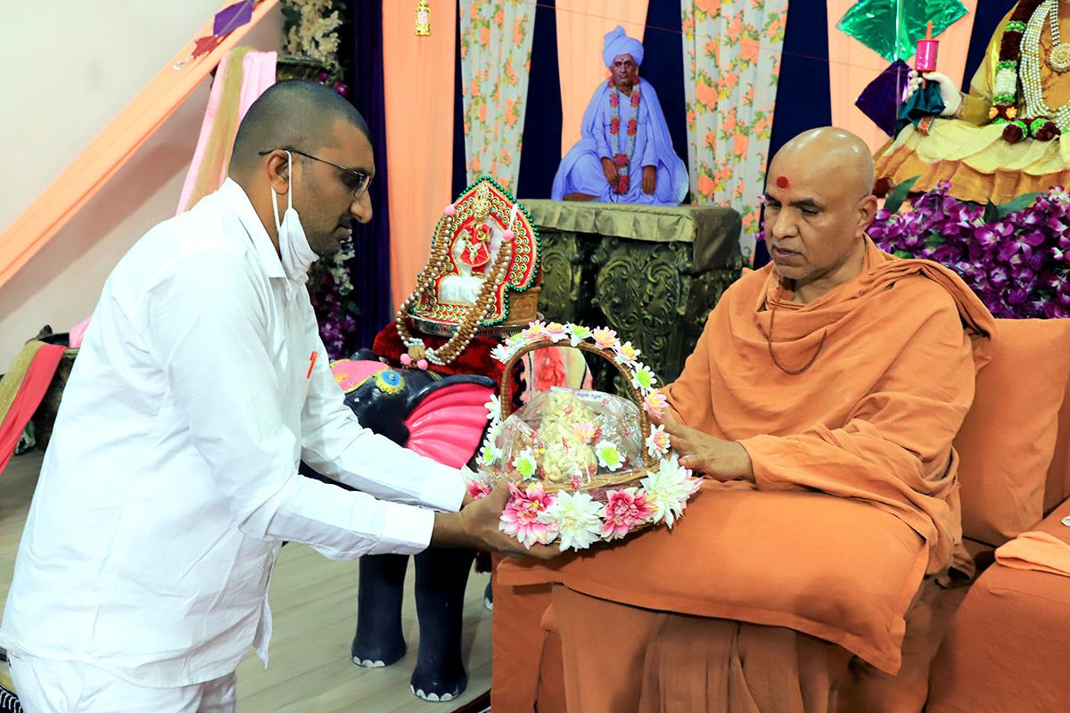 Vadodara - HDH Swamishri Vicharan