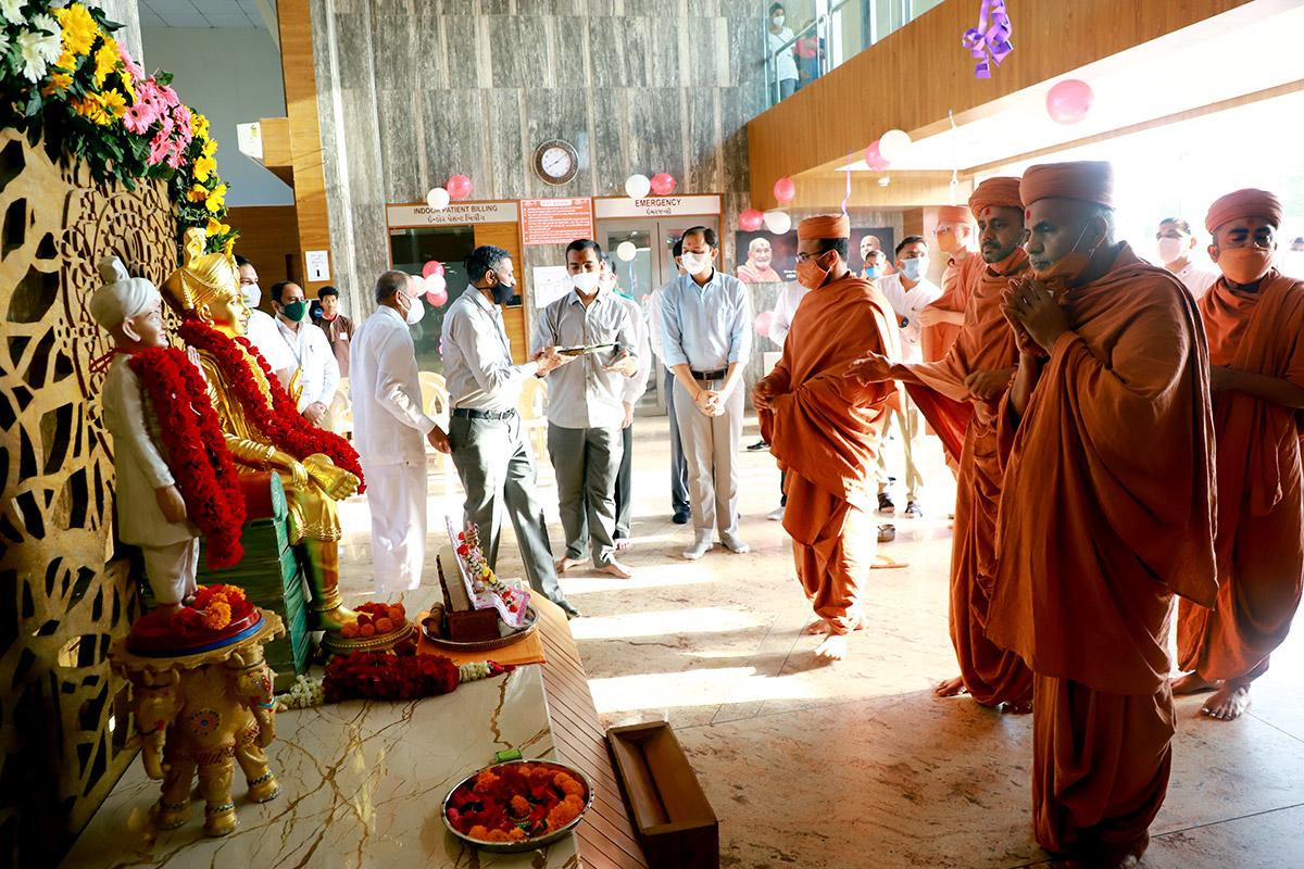 HDH Swamishri Hospital Visit