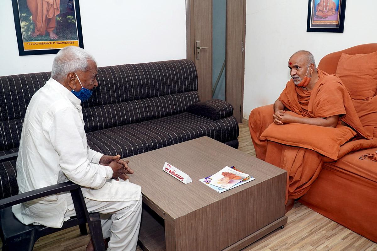HDH Swamishri Nikat Darshan