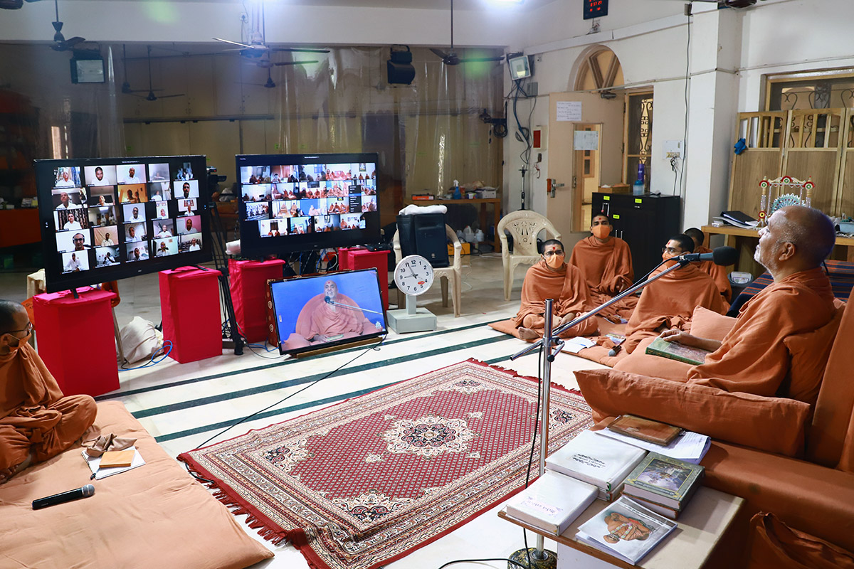 HDH Swamishri Pre-Mumuxu Sabha